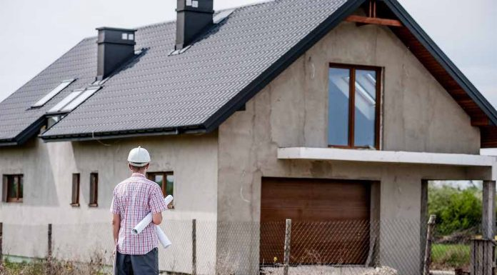 Architecte devant une maison en construction à Rennes Métropole