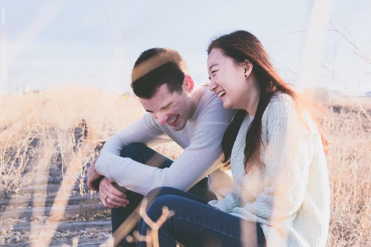 Un couple rigole